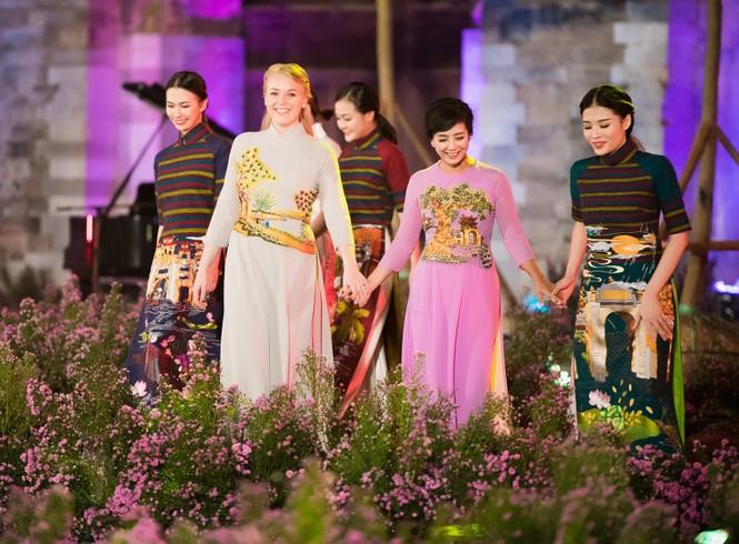 Dàn nghệ sĩ gạo cội của điện ảnh Việt trình diễn áo dài - ảnh 11