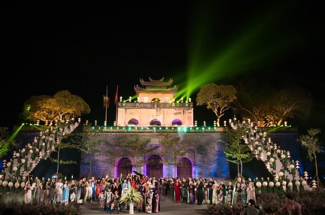 Dàn nghệ sĩ gạo cội của điện ảnh Việt trình diễn áo dài - ảnh 1