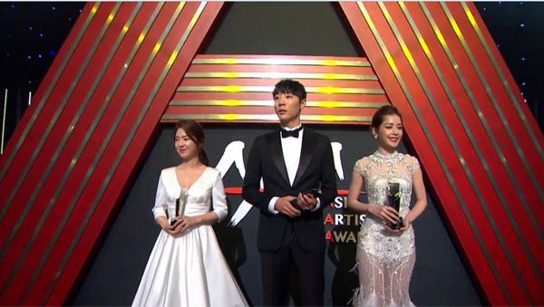 Chi Pu quyến rũ trên thảm đỏ Hàn Quốc, bất ngờ thắng giải 'Ngôi sao mới' - ảnh 8