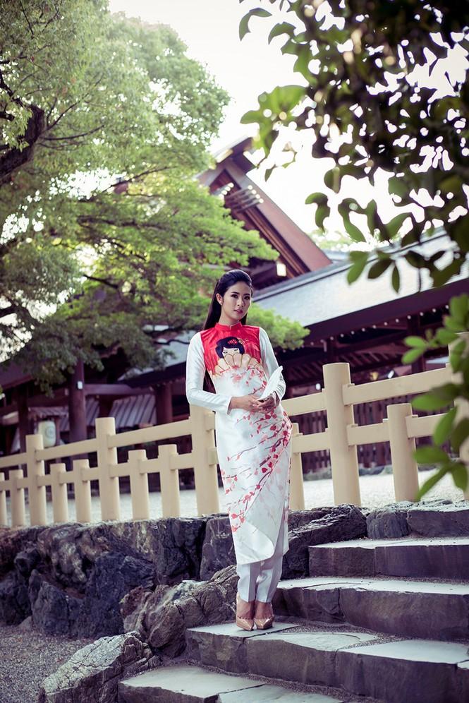 Hoa hậu Ngọc Hân diện áo dài tự thiết kế dạo chơi Nhật Bản - ảnh 2