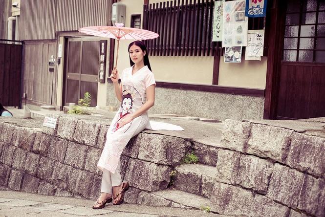 Hoa hậu Ngọc Hân diện áo dài tự thiết kế dạo chơi Nhật Bản - ảnh 10