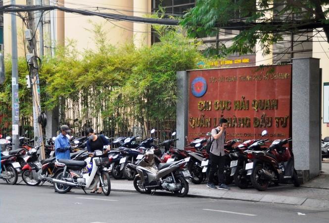 Xe công vô tư đỗ dừng trên vỉa hè Sài Gòn - ảnh 10
