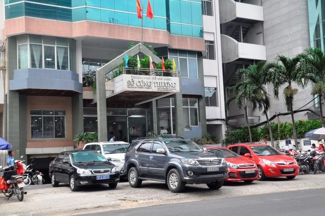 Xe công vô tư đỗ dừng trên vỉa hè Sài Gòn - ảnh 1