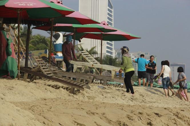 Vì sao bãi biển du lịch Đà Nẵng bị sóng khoét nham nhở? - ảnh 1