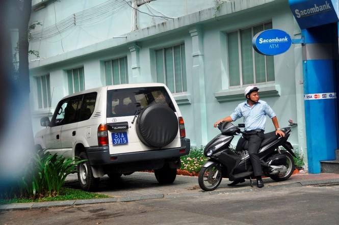 Xe công vô tư đỗ dừng trên vỉa hè Sài Gòn - ảnh 3