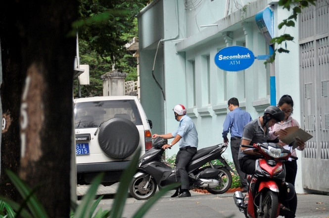 Xe công vô tư đỗ dừng trên vỉa hè Sài Gòn - ảnh 4