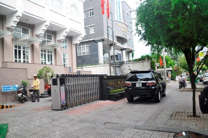 Xe công vô tư đỗ dừng trên vỉa hè Sài Gòn - ảnh 6