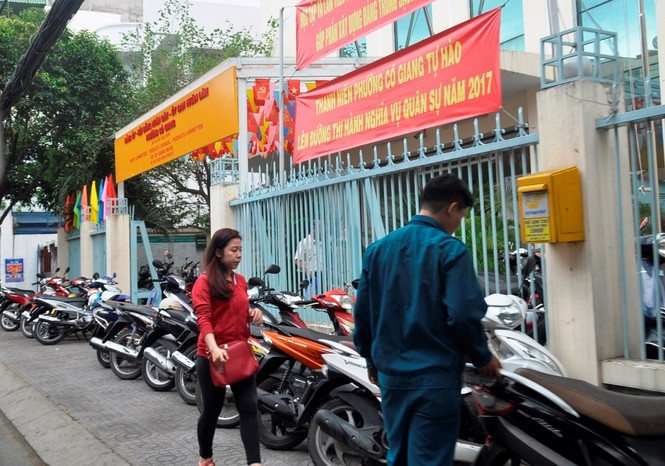 Xe công vô tư đỗ dừng trên vỉa hè Sài Gòn - ảnh 7