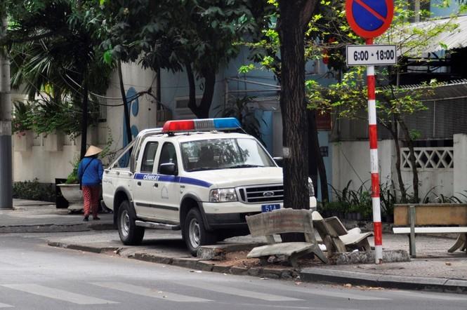 Xe công vô tư đỗ dừng trên vỉa hè Sài Gòn - ảnh 8