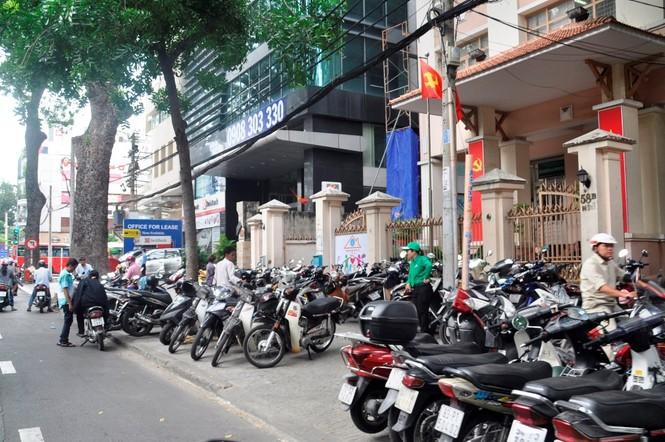 Xe công vô tư đỗ dừng trên vỉa hè Sài Gòn - ảnh 9
