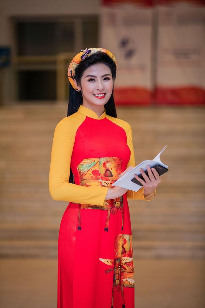 Hồng Quế và con gái trình diễn áo dài của Hoa hậu Ngọc Hân - ảnh 2