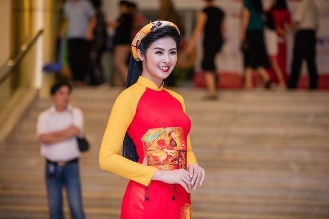 Hồng Quế và con gái trình diễn áo dài của Hoa hậu Ngọc Hân - ảnh 1