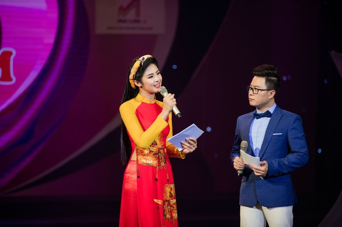 Hồng Quế và con gái trình diễn áo dài của Hoa hậu Ngọc Hân - ảnh 7