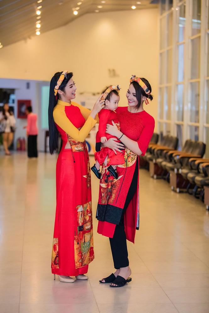 Hồng Quế và con gái trình diễn áo dài của Hoa hậu Ngọc Hân - ảnh 3