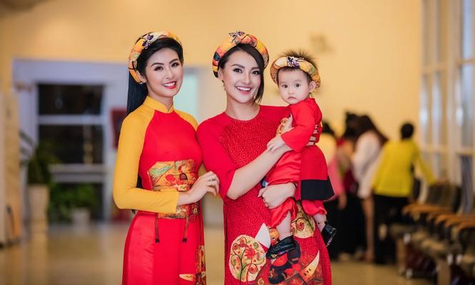 Hồng Quế và con gái trình diễn áo dài của Hoa hậu Ngọc Hân - ảnh 4