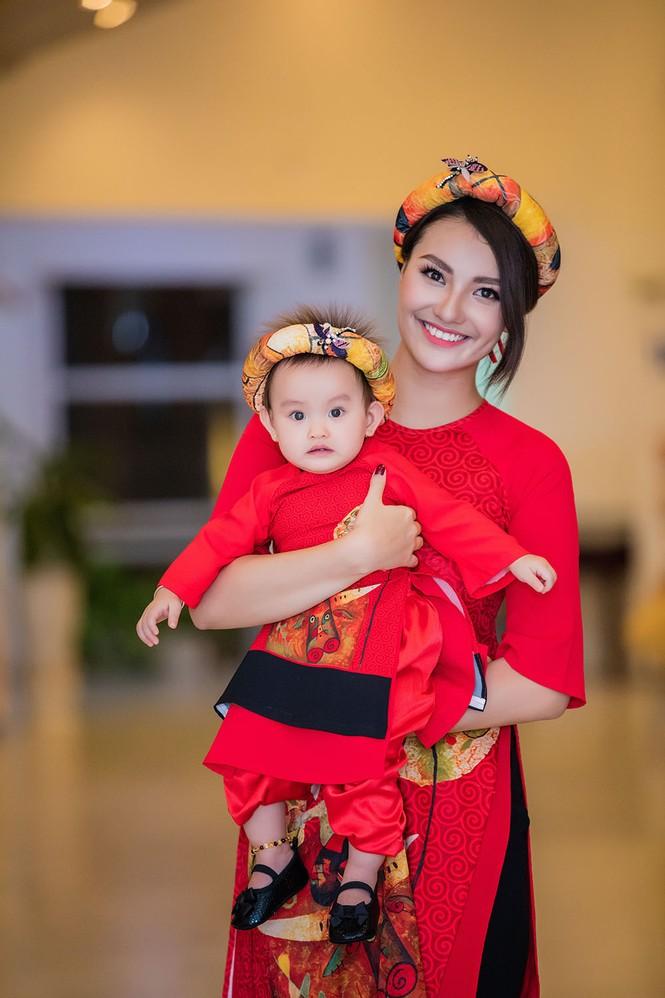Hồng Quế và con gái trình diễn áo dài của Hoa hậu Ngọc Hân - ảnh 5