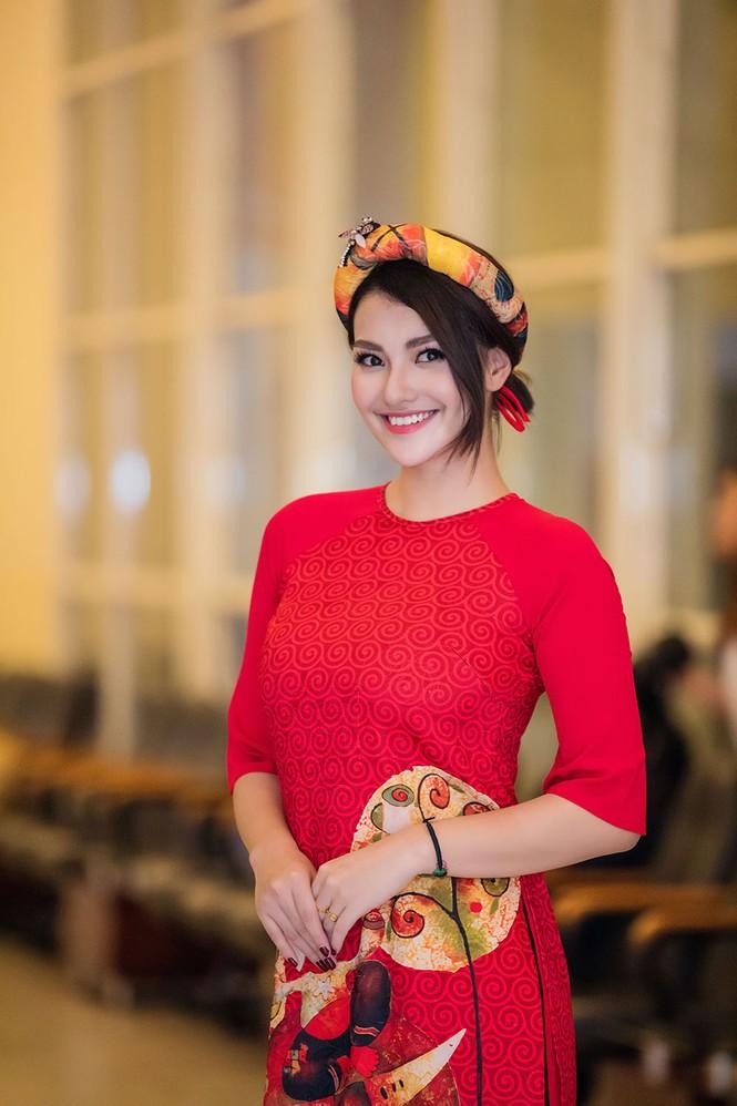 Hồng Quế và con gái trình diễn áo dài của Hoa hậu Ngọc Hân - ảnh 6