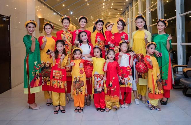 Hồng Quế và con gái trình diễn áo dài của Hoa hậu Ngọc Hân - ảnh 11