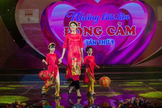 Hồng Quế và con gái trình diễn áo dài của Hoa hậu Ngọc Hân - ảnh 8