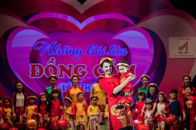 Hồng Quế và con gái trình diễn áo dài của Hoa hậu Ngọc Hân - ảnh 10