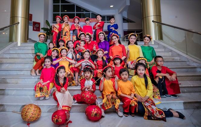 Hồng Quế và con gái trình diễn áo dài của Hoa hậu Ngọc Hân - ảnh 12
