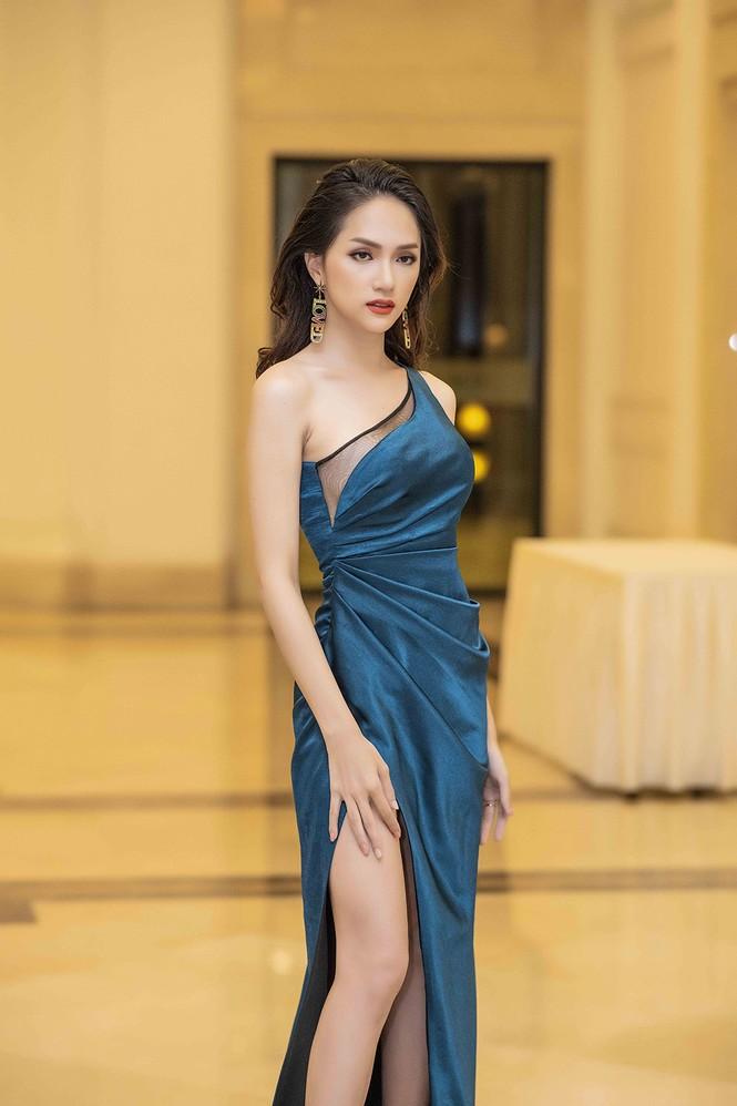 Hoa hậu chuyển giới Hương Giang gặp sự cố khó hiểu khi diễn thời trang - ảnh 1