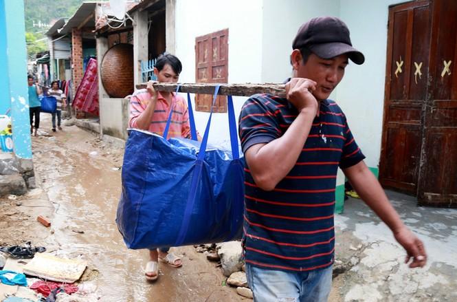 Xót xa cảnh dân làng chài Nha Trang bới tìm tài sản trong đống đổ nát - ảnh 10