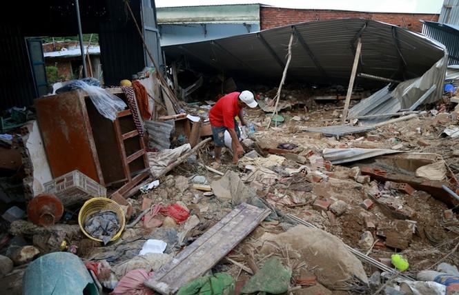 Xót xa cảnh dân làng chài Nha Trang bới tìm tài sản trong đống đổ nát - ảnh 1