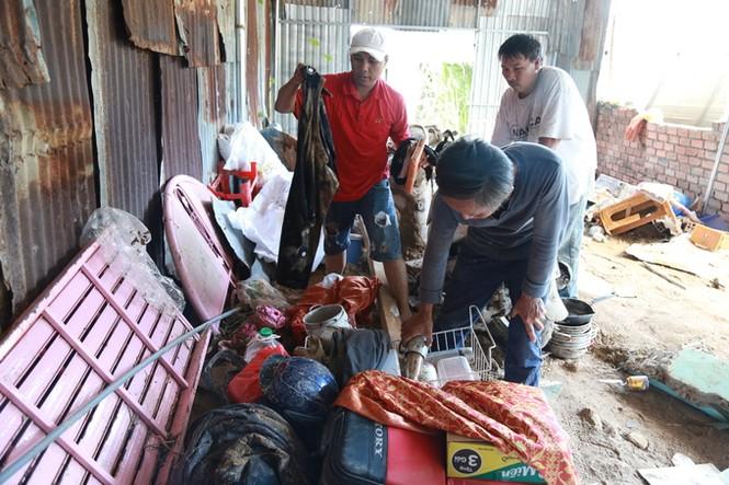 Xót xa cảnh dân làng chài Nha Trang bới tìm tài sản trong đống đổ nát - ảnh 2
