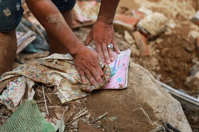 Xót xa cảnh dân làng chài Nha Trang bới tìm tài sản trong đống đổ nát - ảnh 4