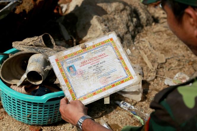 Xót xa cảnh dân làng chài Nha Trang bới tìm tài sản trong đống đổ nát - ảnh 5