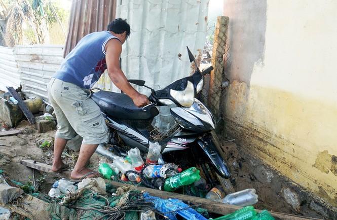Xót xa cảnh dân làng chài Nha Trang bới tìm tài sản trong đống đổ nát - ảnh 6