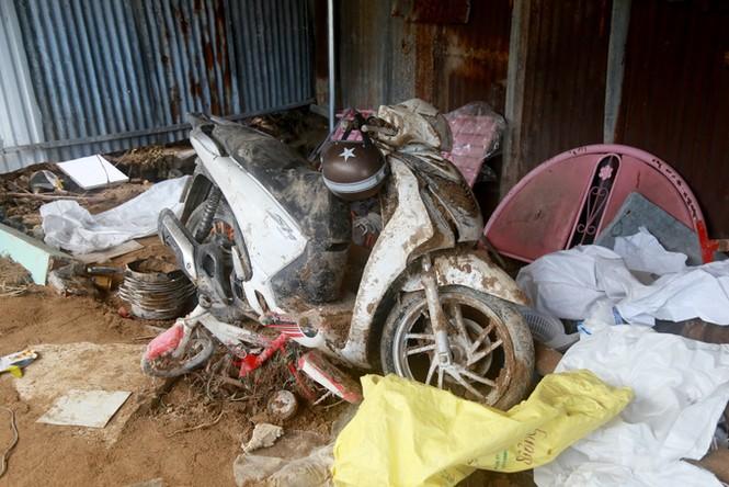 Xót xa cảnh dân làng chài Nha Trang bới tìm tài sản trong đống đổ nát - ảnh 7
