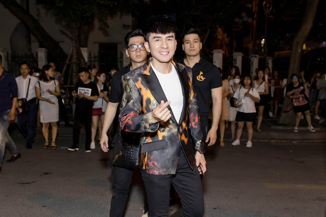Đan Trường, Lam Trường đọ vẻ điển trai ở tuổi tứ tuần khiến fans Hà Nội 'bấn loạn' - ảnh 1