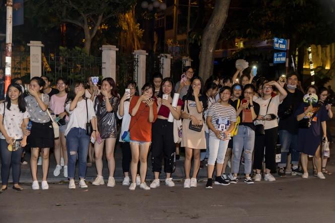 Đan Trường, Lam Trường đọ vẻ điển trai ở tuổi tứ tuần khiến fans Hà Nội 'bấn loạn' - ảnh 4