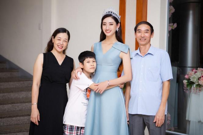 Hàng ngàn người dân Cao Bằng vây kín chào đón Hoa hậu Lương Thuỳ Linh - ảnh 1