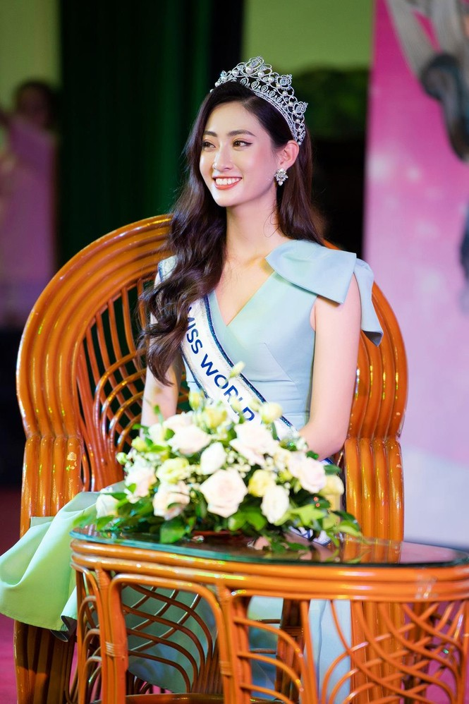 Hàng ngàn người dân Cao Bằng vây kín chào đón Hoa hậu Lương Thuỳ Linh - ảnh 6