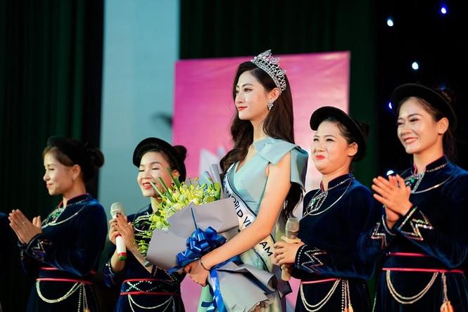 Hàng ngàn người dân Cao Bằng vây kín chào đón Hoa hậu Lương Thuỳ Linh - ảnh 9