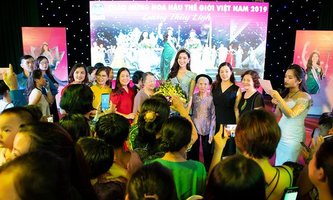 Hàng ngàn người dân Cao Bằng vây kín chào đón Hoa hậu Lương Thuỳ Linh - ảnh 3