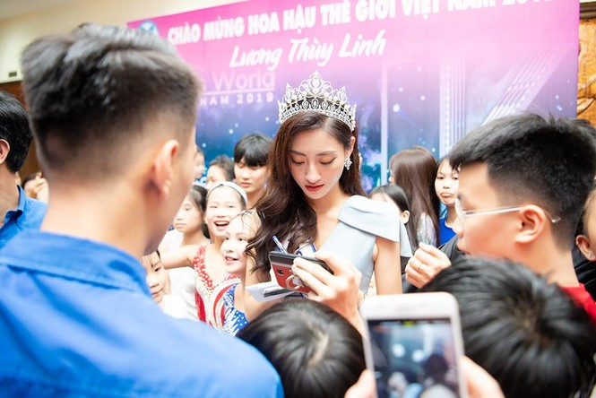 Hàng ngàn người dân Cao Bằng vây kín chào đón Hoa hậu Lương Thuỳ Linh - ảnh 10
