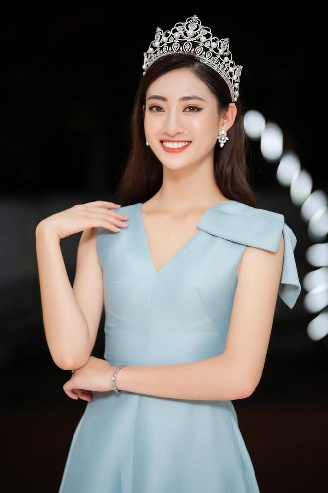 Hàng ngàn người dân Cao Bằng vây kín chào đón Hoa hậu Lương Thuỳ Linh - ảnh 12