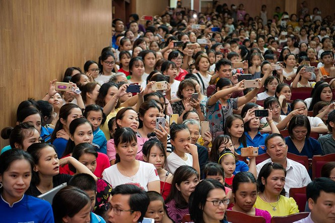 Hàng ngàn người dân Cao Bằng vây kín chào đón Hoa hậu Lương Thuỳ Linh - ảnh 5