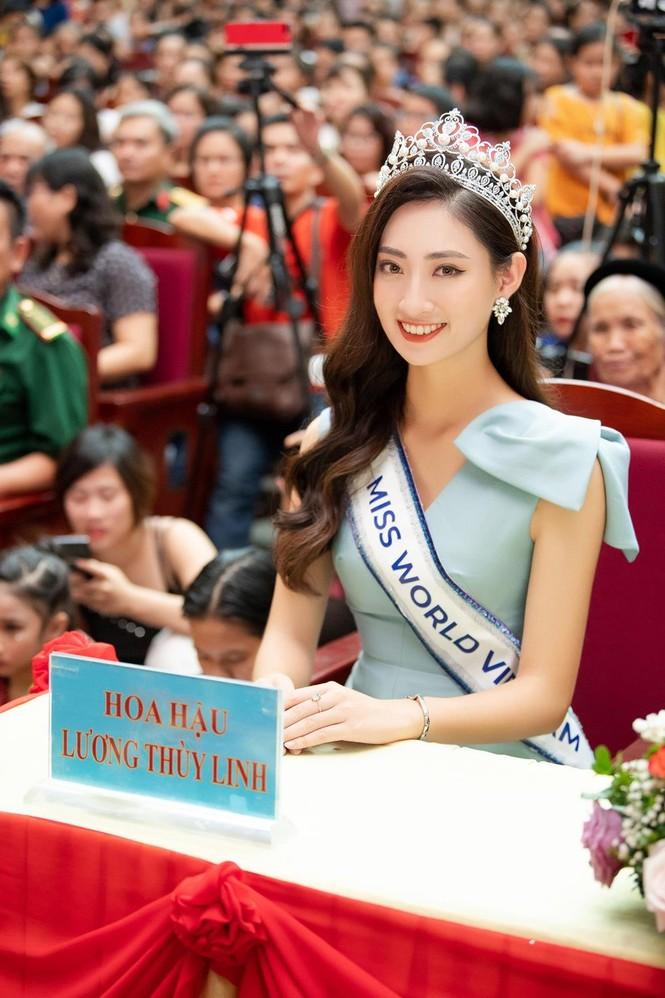 Hàng ngàn người dân Cao Bằng vây kín chào đón Hoa hậu Lương Thuỳ Linh - ảnh 2