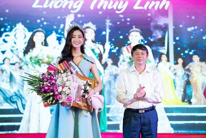 Hàng ngàn người dân Cao Bằng vây kín chào đón Hoa hậu Lương Thuỳ Linh - ảnh 7