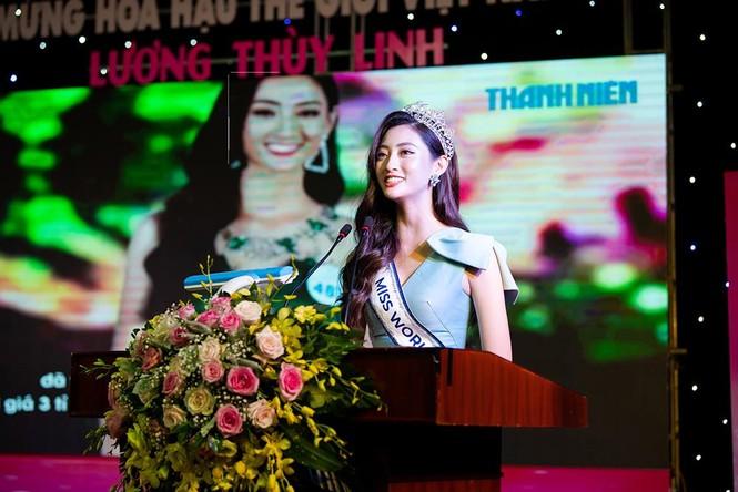 Hàng ngàn người dân Cao Bằng vây kín chào đón Hoa hậu Lương Thuỳ Linh - ảnh 8