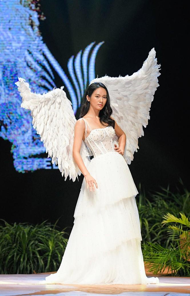 Hoa hậu Lương Thuỳ Linh mặc váy cưới khoe vòng 1 gợi cảm trên sàn catwalk - ảnh 5