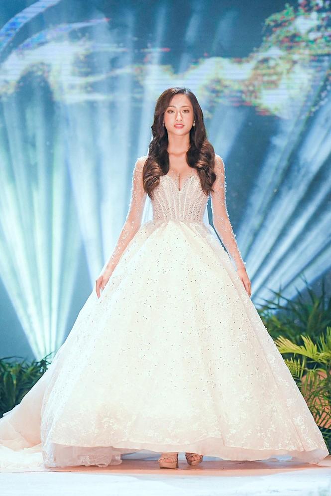Hoa hậu Lương Thuỳ Linh mặc váy cưới khoe vòng 1 gợi cảm trên sàn catwalk - ảnh 2
