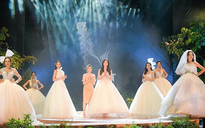 Hoa hậu Lương Thuỳ Linh mặc váy cưới khoe vòng 1 gợi cảm trên sàn catwalk - ảnh 3
