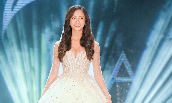 Hoa hậu Lương Thuỳ Linh mặc váy cưới khoe vòng 1 gợi cảm trên sàn catwalk - ảnh 1