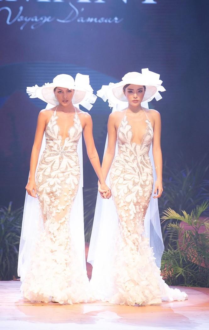 Hoa hậu Lương Thuỳ Linh mặc váy cưới khoe vòng 1 gợi cảm trên sàn catwalk - ảnh 6